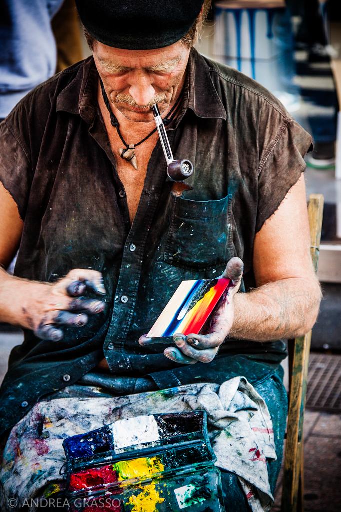 Un marinaio dipingeva i ricordi che gli erano rimasti appiccicati alle dita