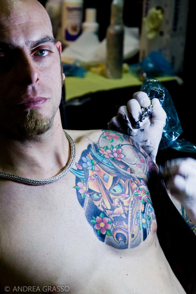 Uomo tatuando